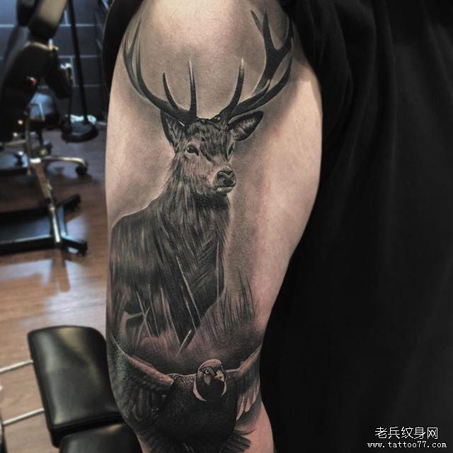 手臂黑灰鹿纹身图案