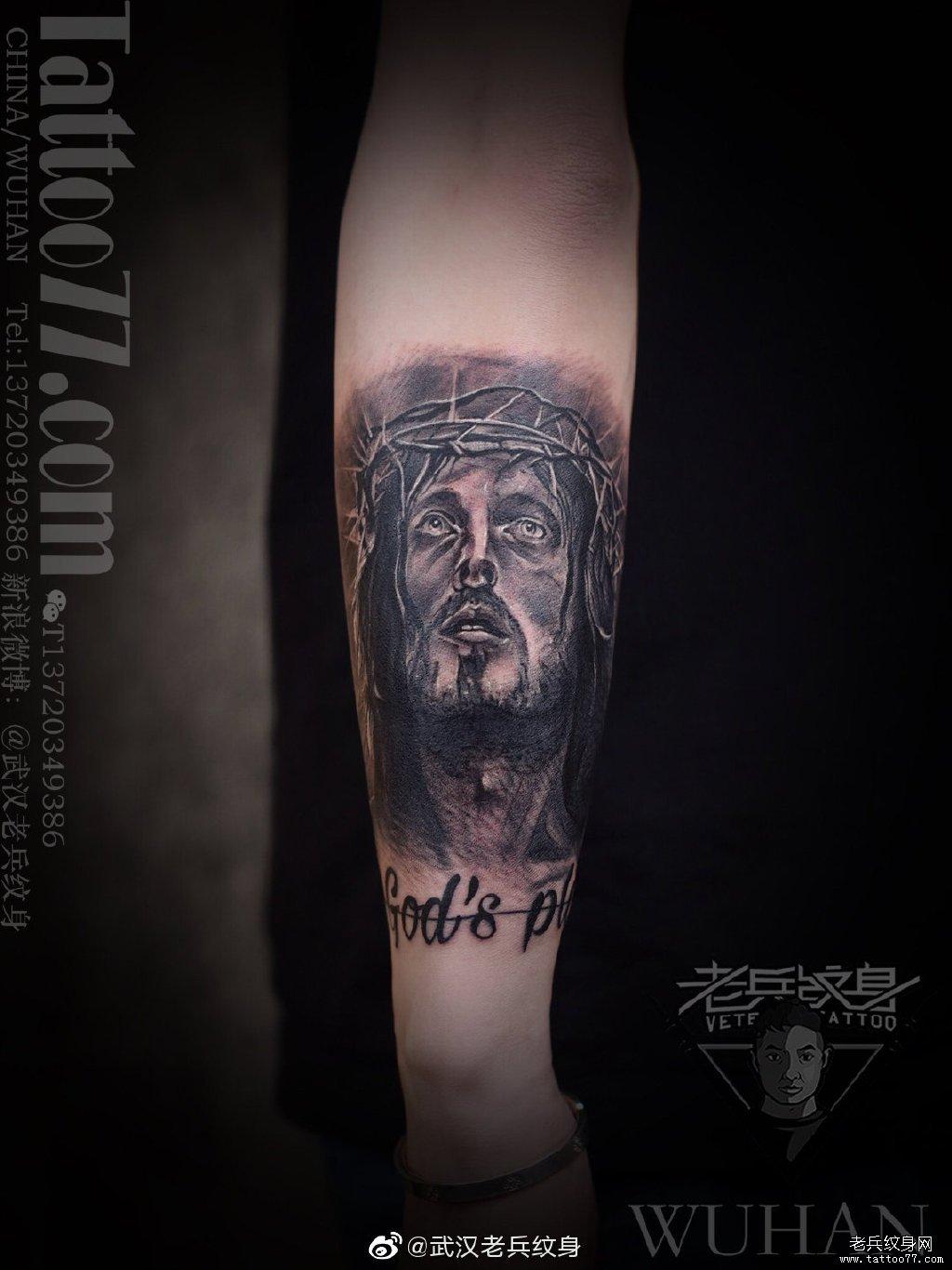小手臂耶稣肖像纹身作品